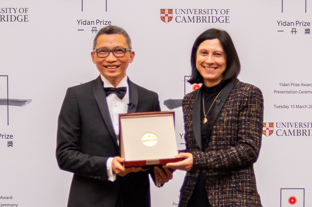Founder of the Yidan Prize presents the award to Professor Usha Goswami at Cambridge University